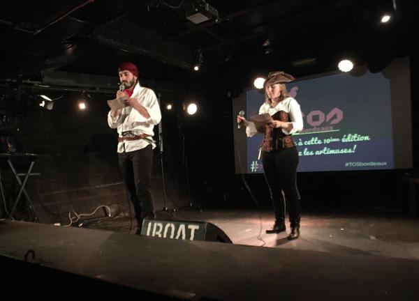 Les deux bénévoles déguisés en pirates présentent la soirée Traveler On Stage