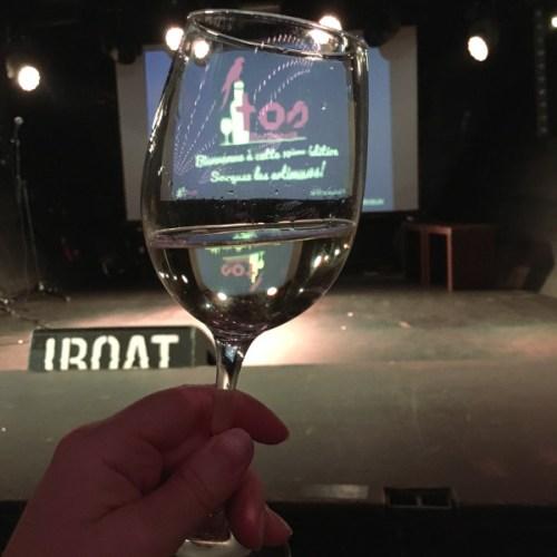 Verre de vin devant la scène de Traveler On Stage