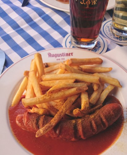 Les traditionnelles wurst sauce curry à manger à Berlin