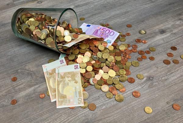 Billets et pièces de monnaie pour préparer le budget de son voyage