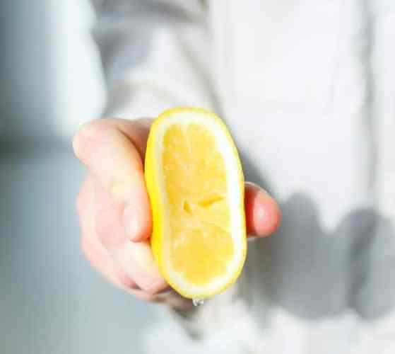 Main pressant un citron