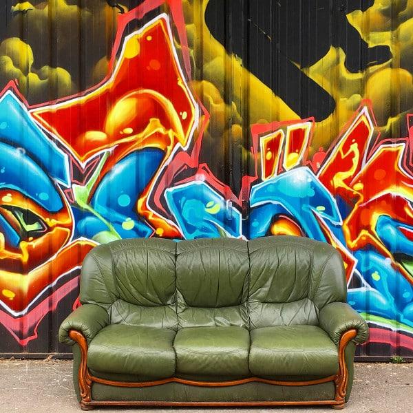 canapé devant du street art à Bordeaux