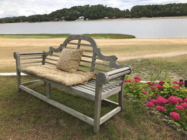 banc de l'hôtel Les Hortensias du Lac devant le lac d'hossegor