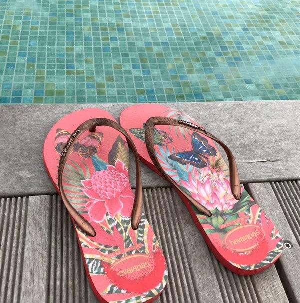Paire de tongs sur le bord de la piscine