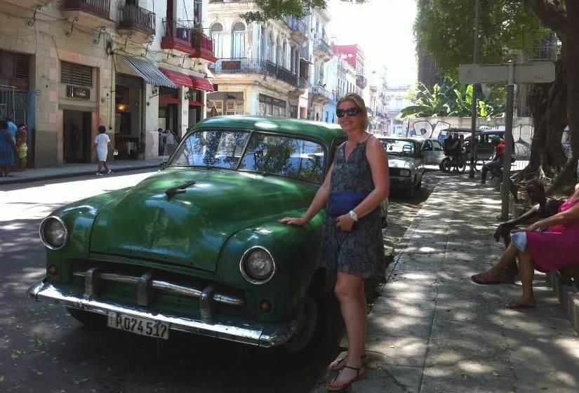 Claire à La Havane devant une vieille voiture