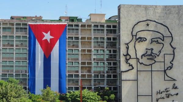 immeuble de la Havane avec le drapeau et un portrait de Che Guevarra