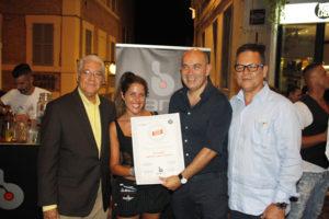 Chiara Scattolini (Bartender di Bar.it) mentre viene insignita del diploma di bartender del Ron Ligero Cubano