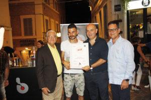 Marco Marinozzi (Bartender di Bar.it) mentre viene insignita del diploma di bartender del Ron Ligero Cubano
