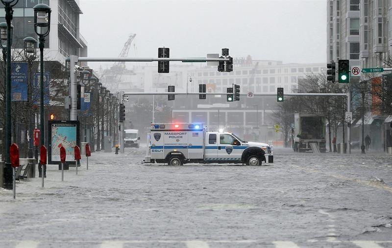 بالصور من العاصفة التي ضربت الولايات المتحدة وترك ما لا يقل عن خمسة قتلى