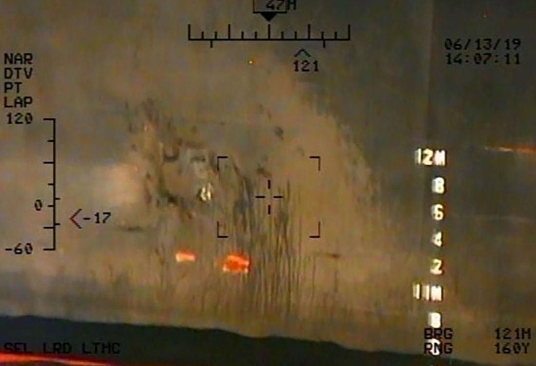 الصورة التي التقطتها البحرية الأمريكية في 13 يونيو 2019 على ما يُزعم مرتبطة بالهجمات على ناقلتين نفطيتين في خليج عمان