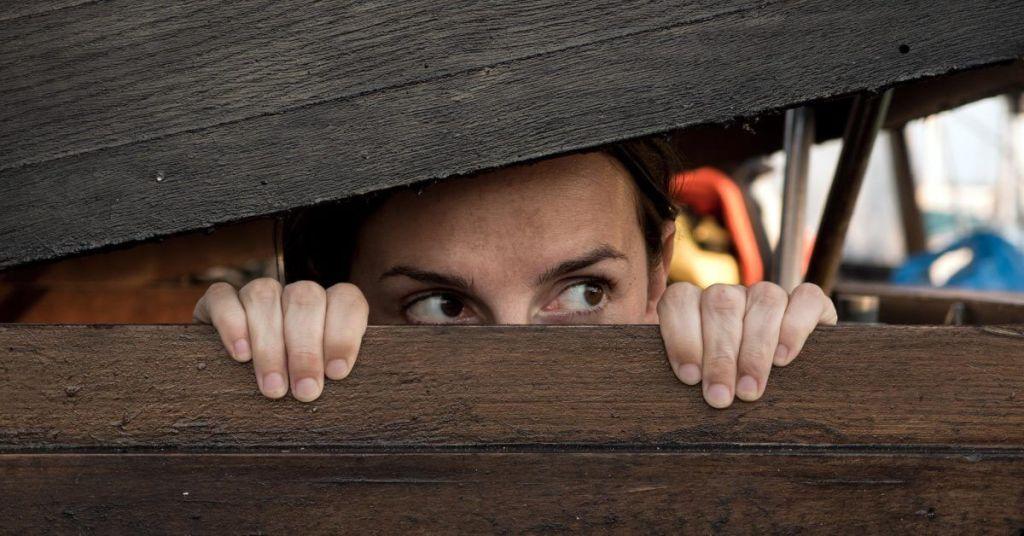 FOMO – הפחד מהחמצה: למה הוא דופק אתכם ואיך תתגברו עליו