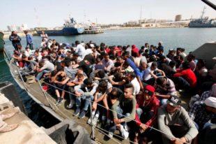 Immigrati nei porti italiani in attesa di sbarcare