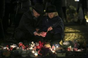 People lighting a candle as they arrived at Dvortsovaya Square to commemorate victims of the air crash in Egypt in  St Petersburg, Russia, today