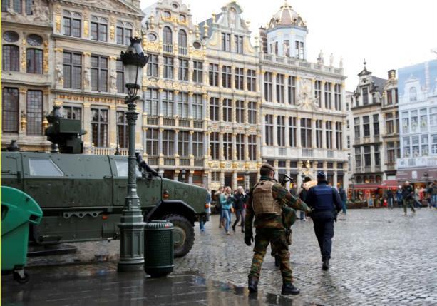 """A Belgian soldier patrols on Brussels Grand Place in central Brussels, November 21, 2015, after security was tightened in Belgium following the fatal attacks in Paris. Belgium raised the alert status for its capital Brussels to the highest level on Saturday, shutting the metro and warning the public to avoid crowds because of a """"serious and imminent"""" threat of an attack.  REUTERS/Francois Lenoir"""