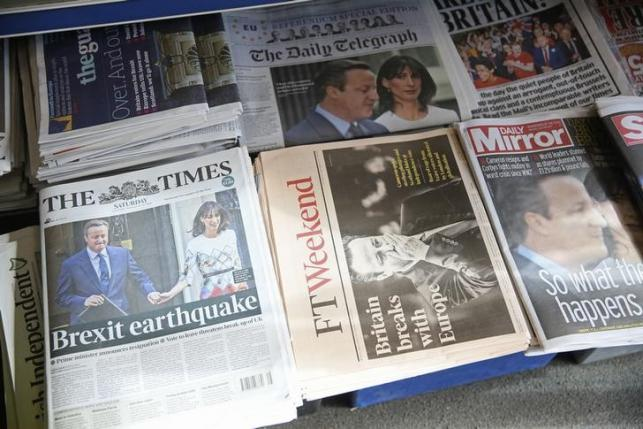 Newspapers are displayed for sale the day after Britain voted to leave the EU, at a newsagents in central London, Britain June 25, 2016.  REUTERS/Neil Hall