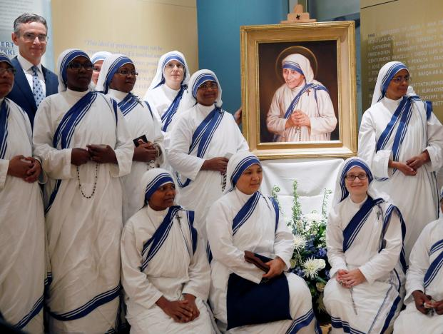 Members of Mother Teresa's order, the Missionaries of Charity, and artist Chas Fagan, gather after the unveiling of an official canonization portrait of Mother Teresa at the John Paul II National Shrine in Washington, U.S., September 1, 2016. REUTERS/Gary Cameron