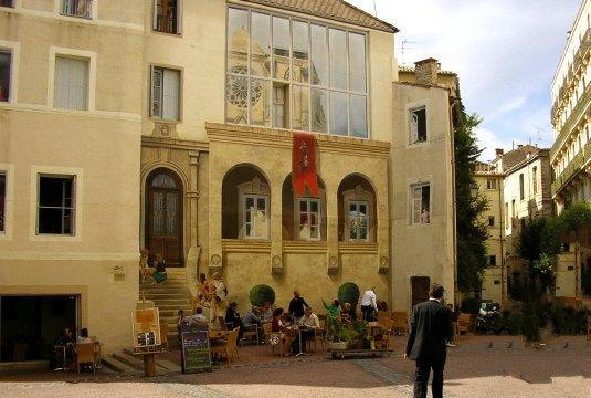 kunstvoll ausgeführte Fassadenmalereien
