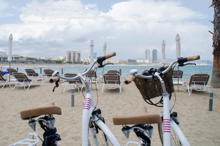 fietsen langs het strand in Barcelona