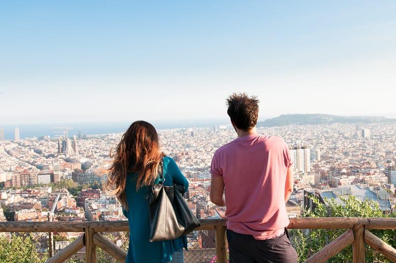 stel geniet van uitzicht over barcelona