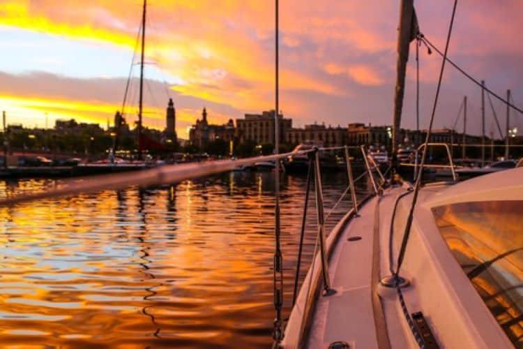zonsondergang bekijken vanaf de boot