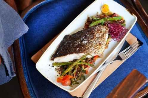 Gerecht met vis en groentes restaurant Bosco