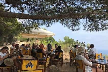 Caseta del Migdía mensen op terras