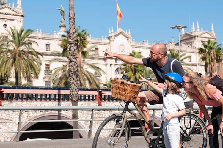 gezin op fietstour in Barcelona