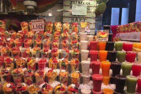 bekers met fruit op la boqueria