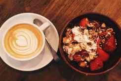Koffie met yoghurt en aardbeien