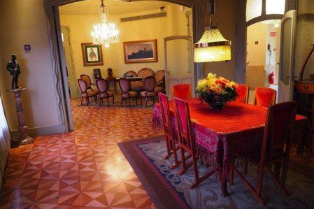 eetkamer met rode stoelen in casa mila la pedrera