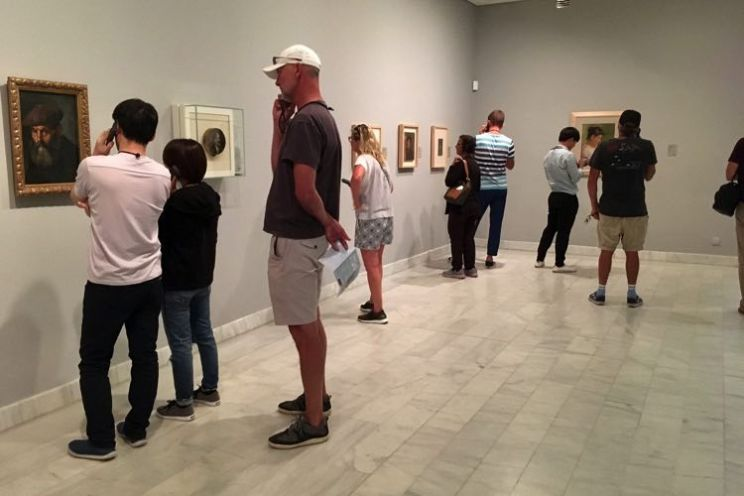 mensen die naar kunst kijken in Picasso Museum