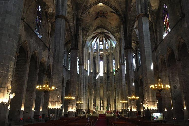 de binnenkant van Basílica Santa María del Mar