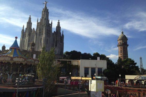 de kerk en het pretpark op de berg tibidabo