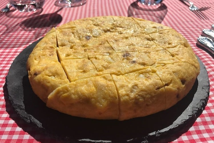een tortilla de patatas, aardappelomelet