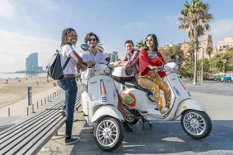 Jongeren op scooter Barcelona