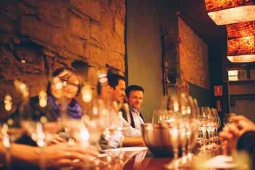 Mensen gezellig aan de wijn