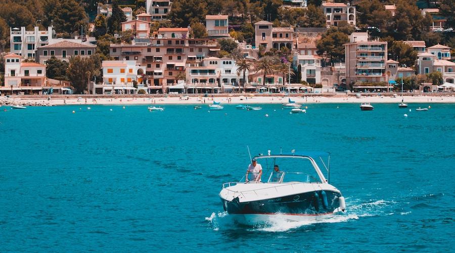 Una barca in navigazione in estate