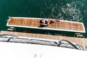 La poppa larga del catamarano offre spazio anche ormeggiati in rada.