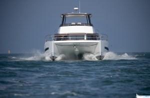 Il catamarano naviga sempre in dislocamento, ma la sua rodotta superficie bagnata lo rende molto veloce