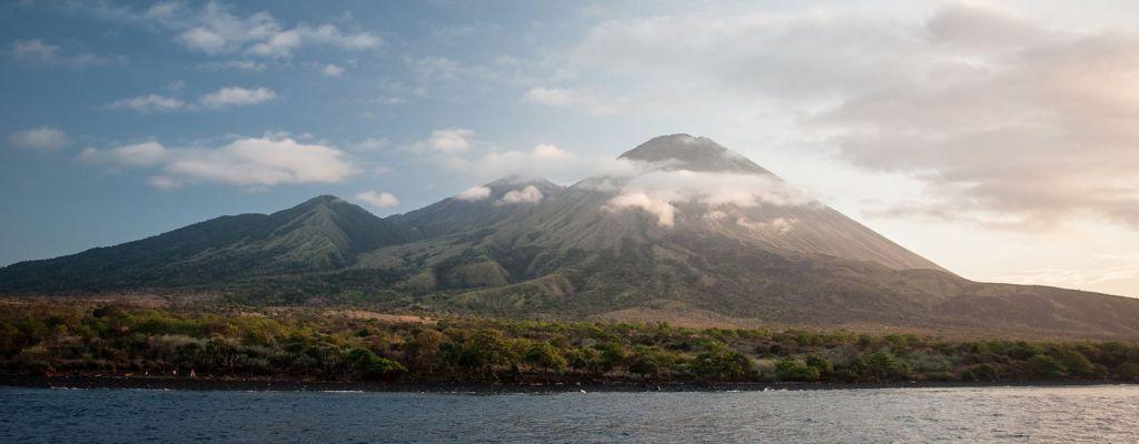 Sumbawa Cruise Sangeang Vulcano Gunung Api from phinisi liveaboard