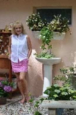 Julies pedestal sink outside_small