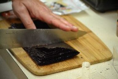 cutting the Nori seaweed_small