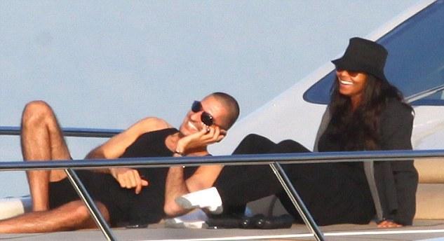 En el barco, Wissam se ve bien, pero Janet debe estar sudando en su bolsa de basura negro