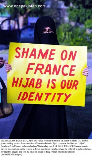 Veild-woman-of-Jamat-e-Islami-protest-against-the-ban-on-Hijab-in-France-in-Islamabad-e1374301829324