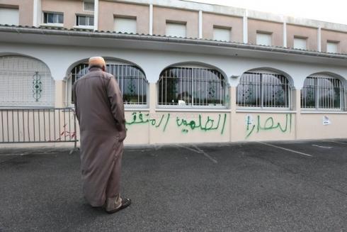 graffitis-sur-la-mosquee-de-pau_984059_490x327p