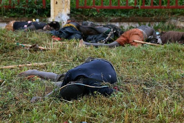Los cuerpos yacían en las calles de Bangui, República Centroafricana, el viernes 06 de diciembre 2013, un día después de tiroteos entre soldados y milicias cristianas Seleka dejó más de 100 muertos y decenas de heridos.