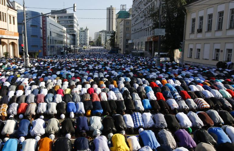 Tens of thousands of Muslim headbangers in the streets of Moscow