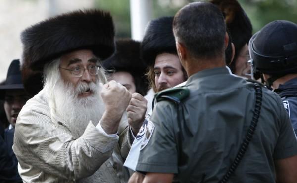 Gestos judío ultraortodoxo durante una protesta en Jerusalén