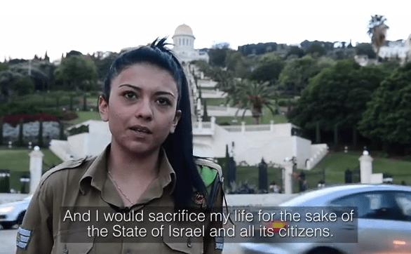 Mona Liza Abdo, un soldado israelí-árabe en las Fuerzas de Defensa de Israel, dijo que no estaba obligado a alistarse en el ejército israelí, pero su determinación de proteger a Israel la motivó a ser voluntario
