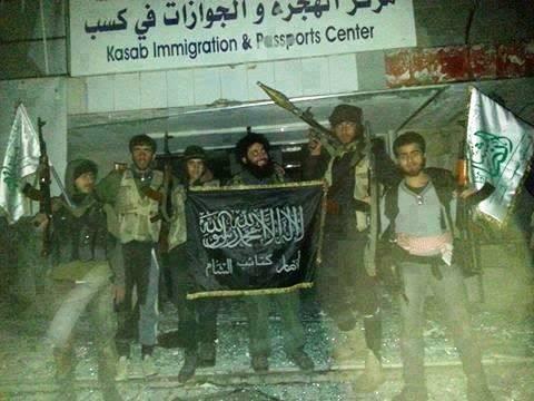 Yihadistas patrocinadas por Turquía posan con la bandera islámica en conquistado ciudad armenia cristiana de Kessab.